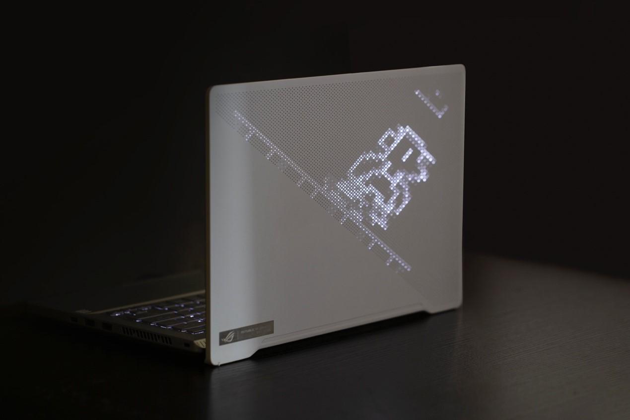 桌子上放着笔记本电脑描述已自动生成